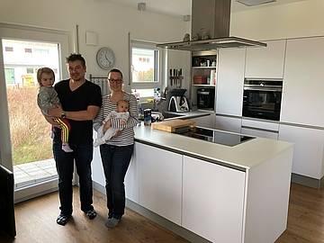 Baufamilie in der Küche des individuell geplanten Einfamilienhauses Luna von Kern-Haus in Bruchsal