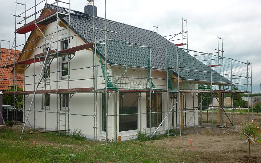 Dacheindeckung und Fenstereinbau in Rohbau