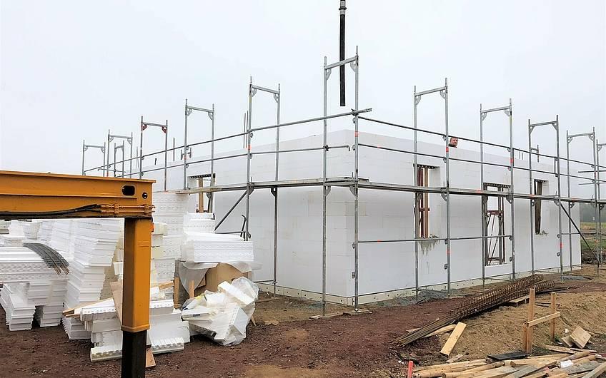 Beton wird in das Bausystem DuoTherm eingefüllt