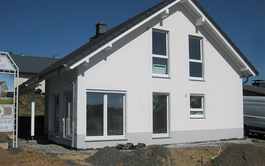 Das Haus wurde fertig verputzt und das Arbeitsgerüst abgebaut.
