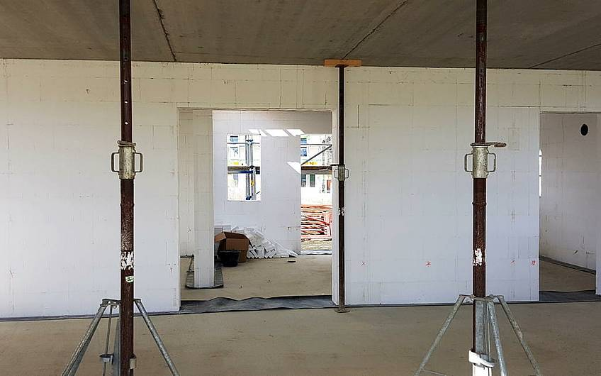 Innenraum mit drei Stahl-Baustützen.