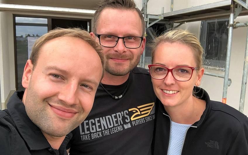Yves Balster mit Bauherren auf der Baustelle in Magdeburg