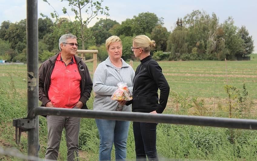 Gespräche zwischen Bauherrin und Gästen bei Rohbaubesichtigung