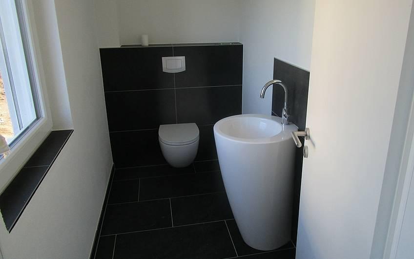 Die Sanitärobjekte im Gäste-WC wurden montiert.