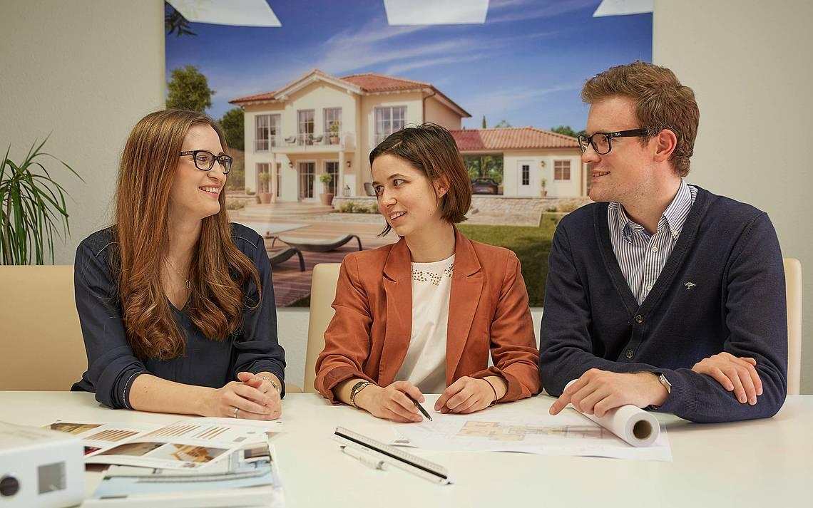 Paar mit der Kern-Haus-Architektin Angela Lazzaro bei der Baudurchsprache