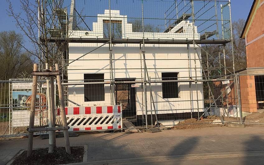 Fertiges DuoTherm-Mauerwerk der individuell geplanten Doppelhaushälfte Twin L von Kern-Haus in Ketsch