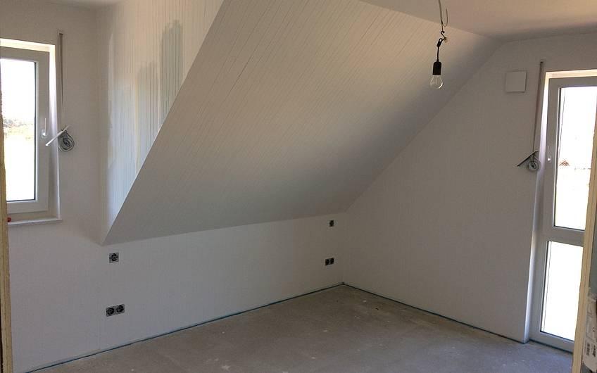 Die Wände sind tapeziert.