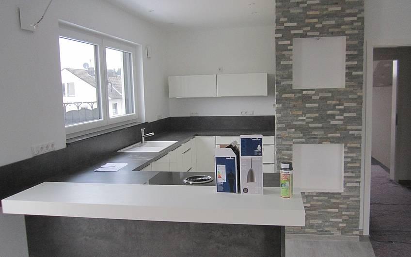 Die Küche im Dachgeschoss ist aufgebaut.