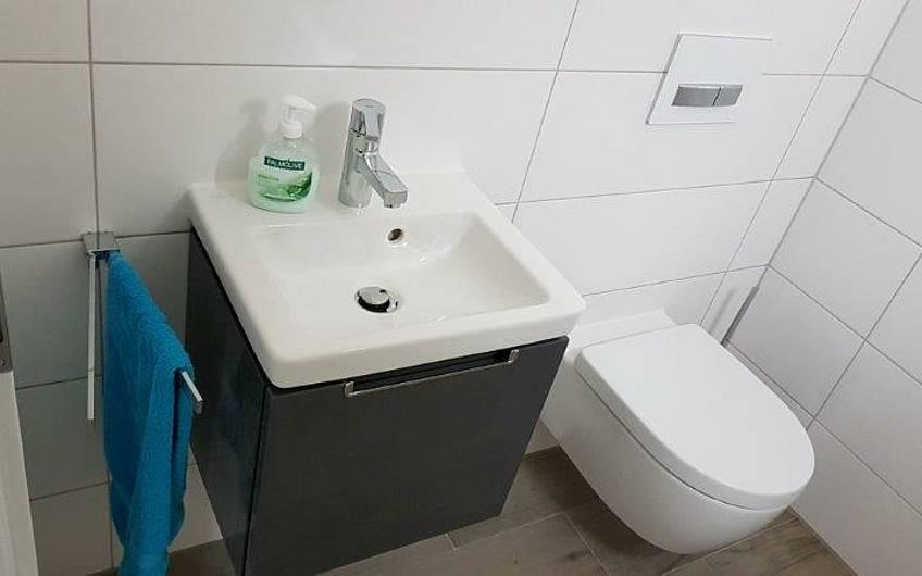 Gäste-WC in der individuell geplanten Doppelhaushälfte Twin XL von Kern-Haus in Bammental
