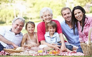 Familie auf Picknickdecke