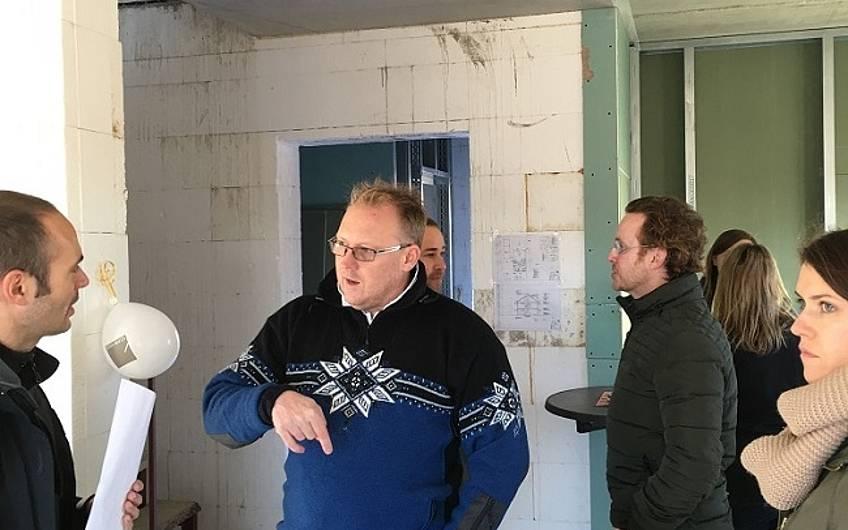 Gäste bei der Rohbaubesichtigung in der individuell geplanten Doppelhaushälfte Twin XL von Kern-Haus in Bammental