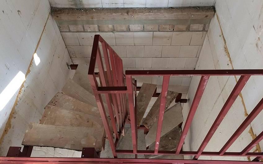 Die noch provisorische Treppe wird gegen Ende der Bauzeit mit dem gewünschten Belag versehen.