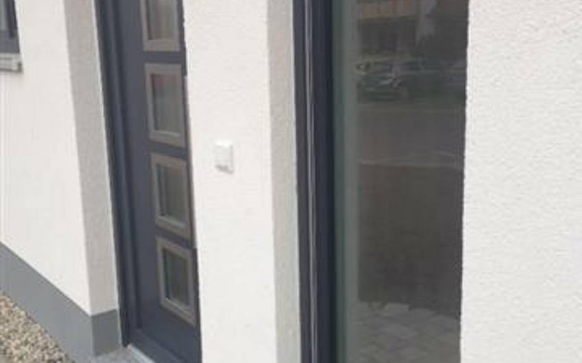 Eine moderne Haustür mit Glasseitenteil