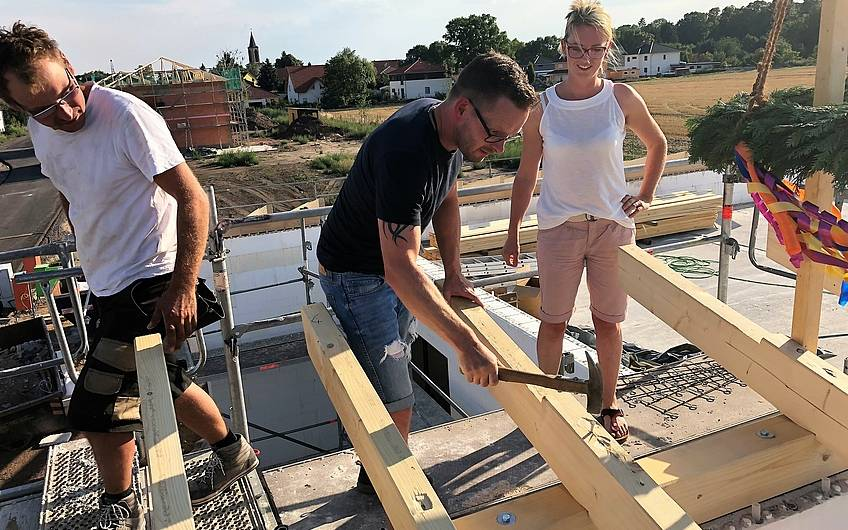 Bauherren auf dem Dach ihres Kern-Haus Bungalows Trio in Magdeburg