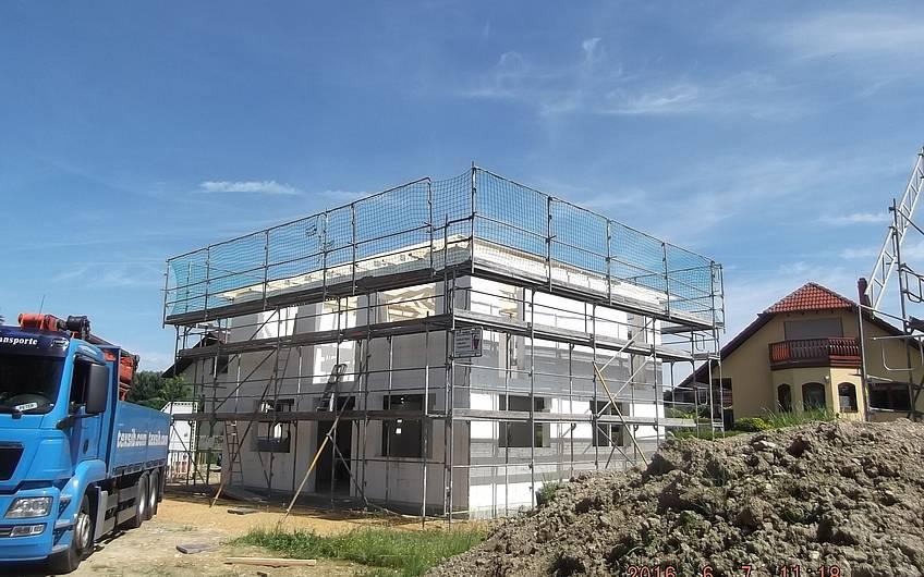 der Dachstuhl der Stadtvilla ist fertig