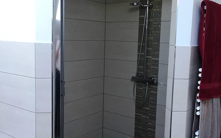 Die Dusche im Bad des Dachgeschosses