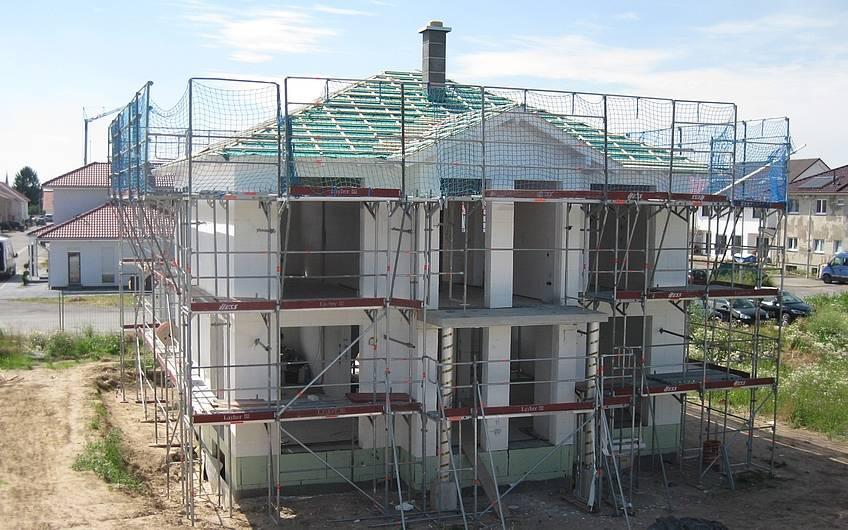 Die Dachlatten wurden angebracht.