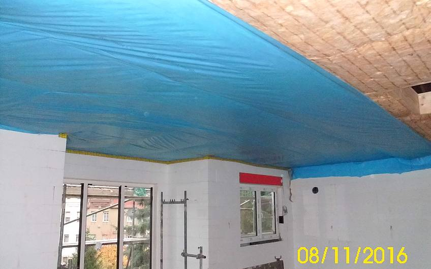 Montage der Dämmung an der Decke.