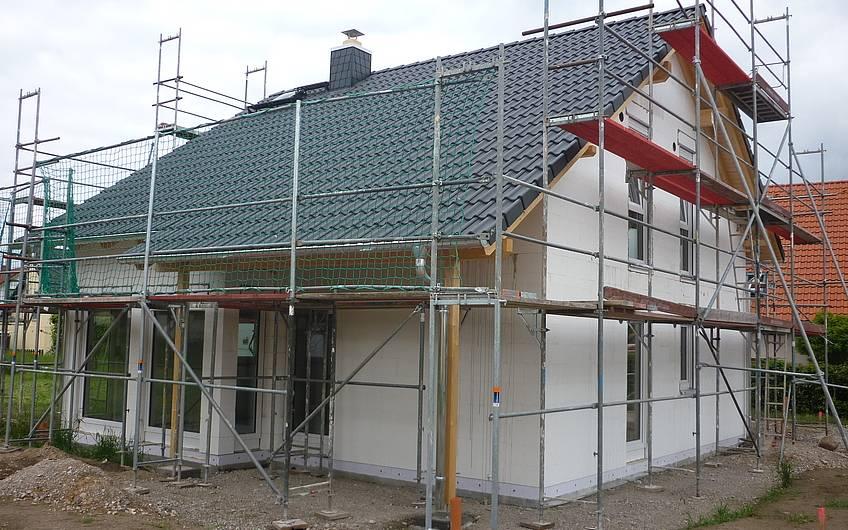 Rohbau mit eingedecktem Dach