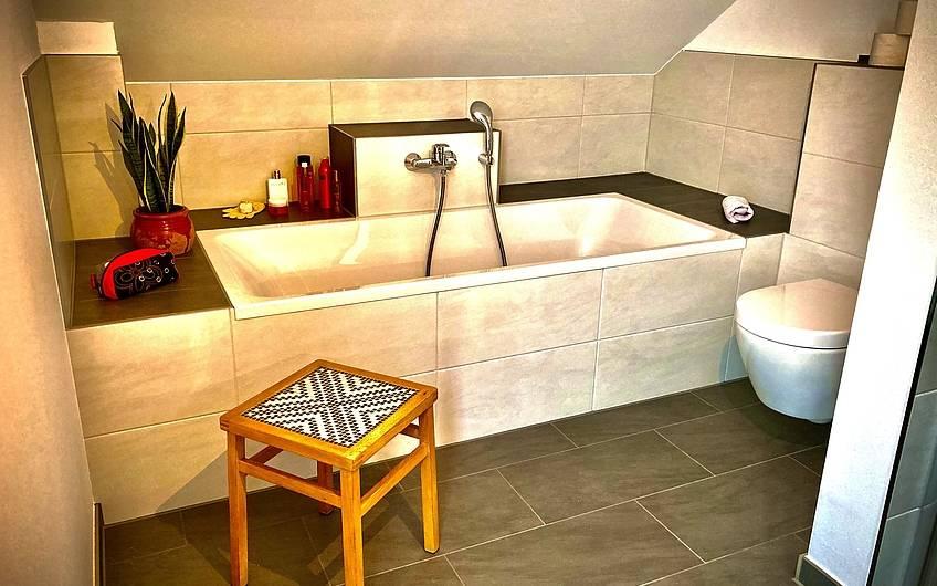 Badewanne mit DIY Hocker.