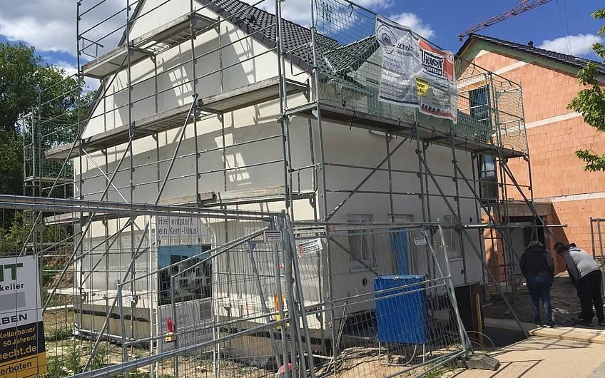 Individuell geplante Doppelhaushälfte Twin L von Kern-Haus in Ketsch mit verputzter Außenfassade