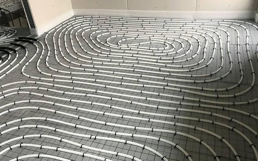 Fußbodenheizung in einem Kern-Haus-Rohbau
