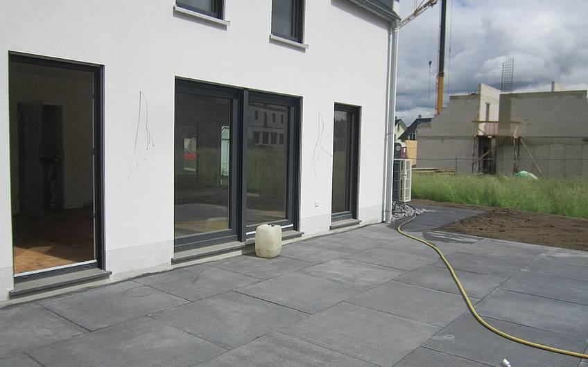 Die Terrassenplatten werden verlegt.