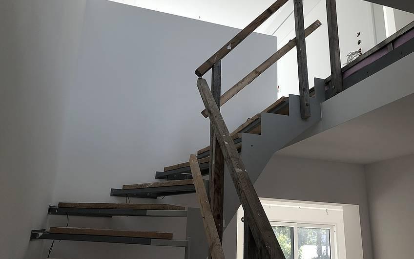Über diese moderne Treppe gelangt man ins Obergeschoss.