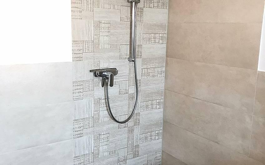 Die bodentiefe Dusche macht hier den modernen Look!