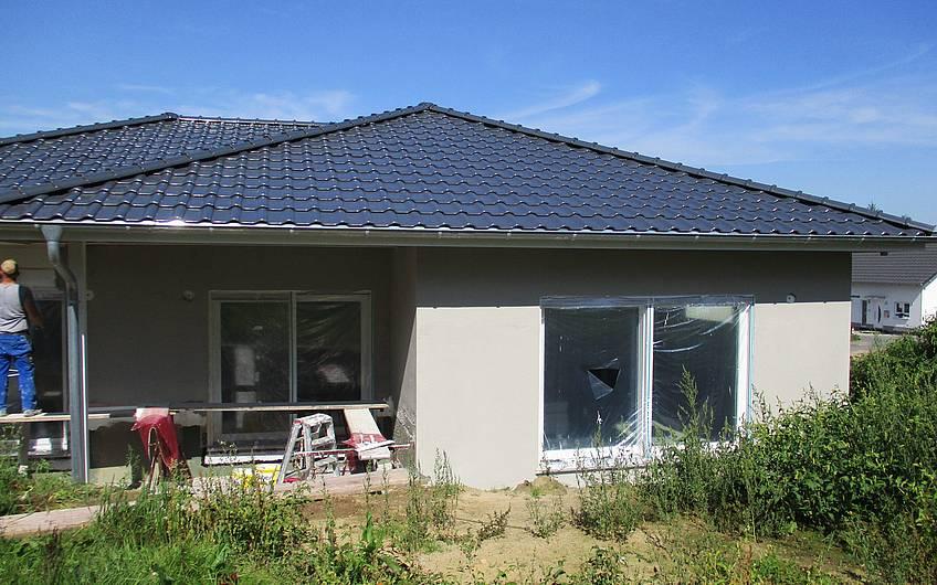 Das  Haus wird mit dem Unterputz versehen.