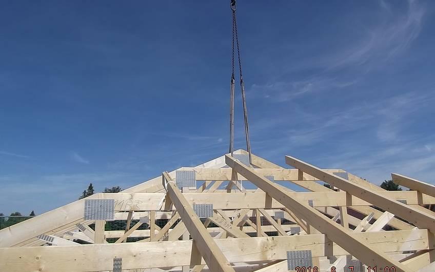 der Dachstuhl aus vorgefertigten Elementen wird auf das Haus aufgesetzt