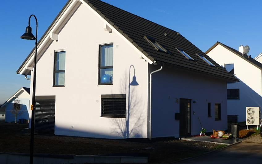 Eingangsseite des Einfamilienhauses Signum Plus von Kern-Haus in Talheim