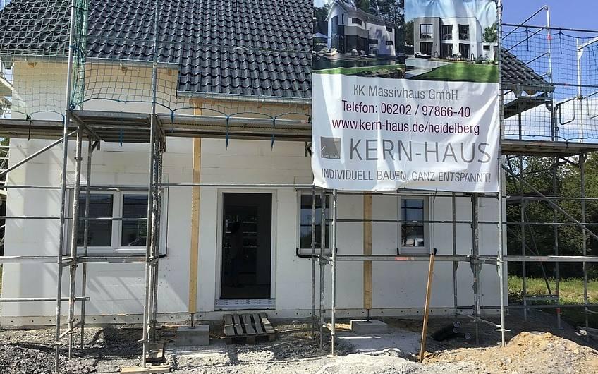 Geschlossener Rohbau des Familienhauses Jano von Kern-Haus in Forchtenberg