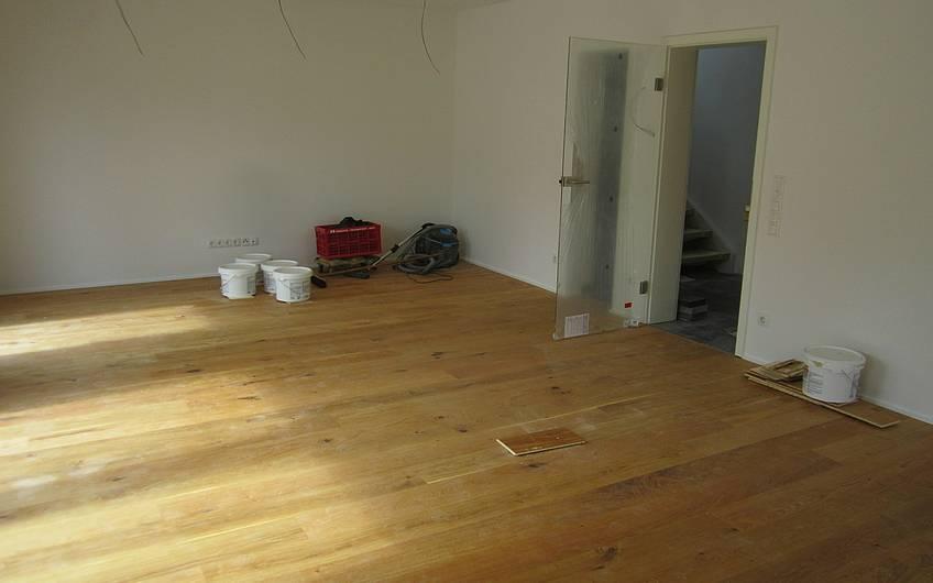 Der Bodenbelag im Wohnzimmer ist fertig.
