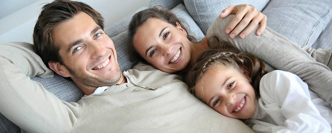 Junge Familie auf einem Sofa