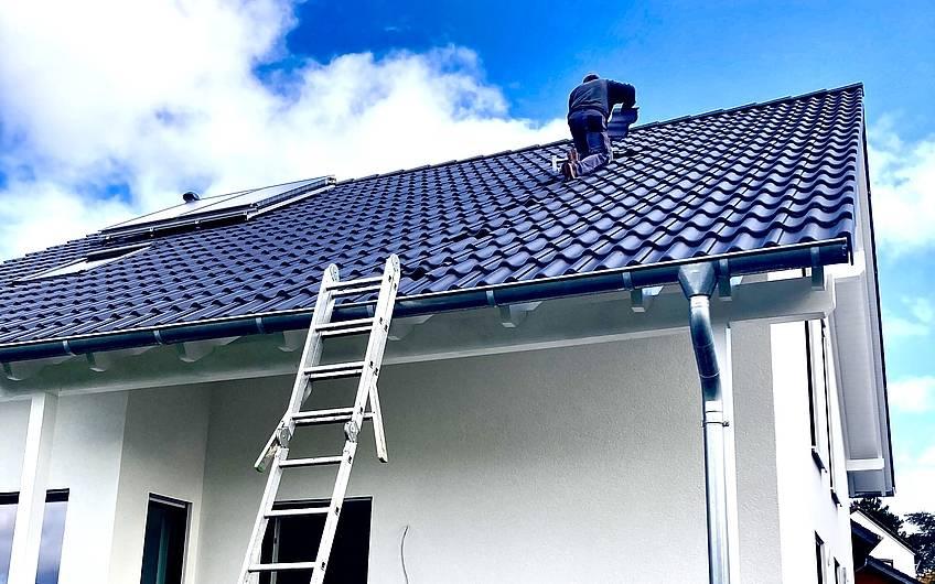 Auch die Technik muss installiert werden, die SAT Anlage kommt auf´s Dach.