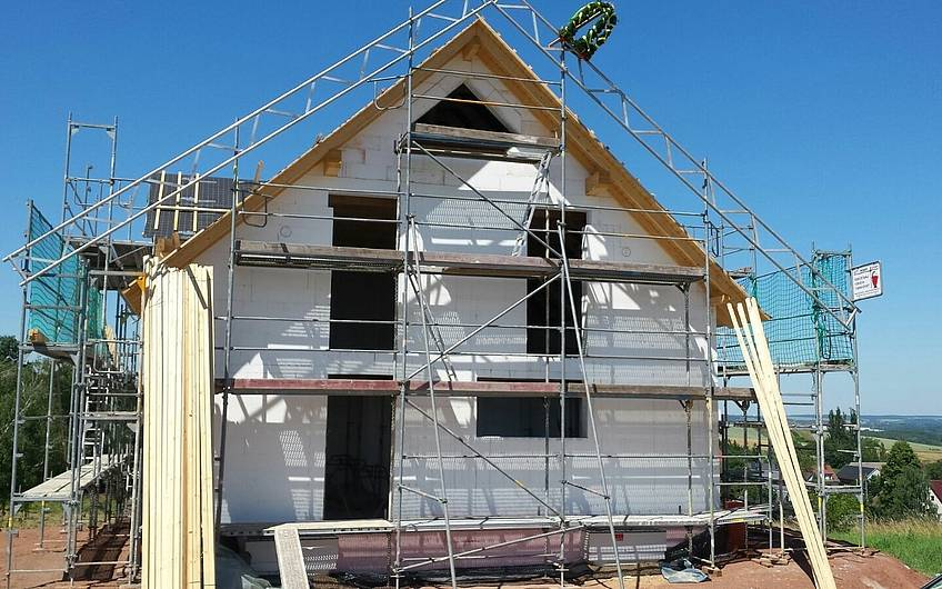 der Dachstuhl wurde gerichtet und mit der Dacheindeckung begonnen