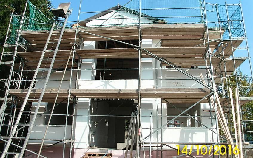 Dacheindeckung und Betontreppe