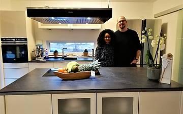 Bauherren in der Küche des individuell geplanten Einfamilienhauses Esprit von Kern-Haus in Hohen-Sülzen