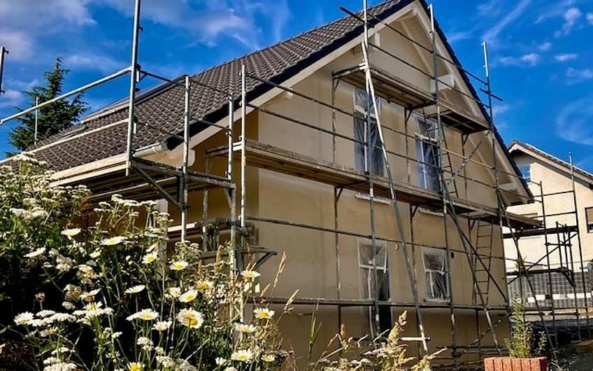 Bei besten Bedingungen ist der Grundputz aufgebracht worden. Nach der Trocknungsphase wird in der kommenden Woche das Haus mit dem hochwertigen Kunstharzputz in weiß versehen.