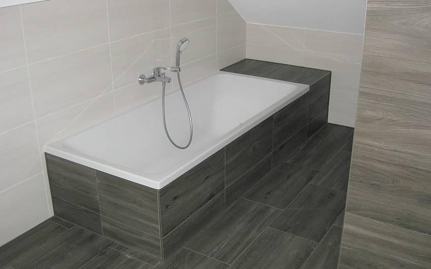 Die Badewannenarmatur wurde montiert.