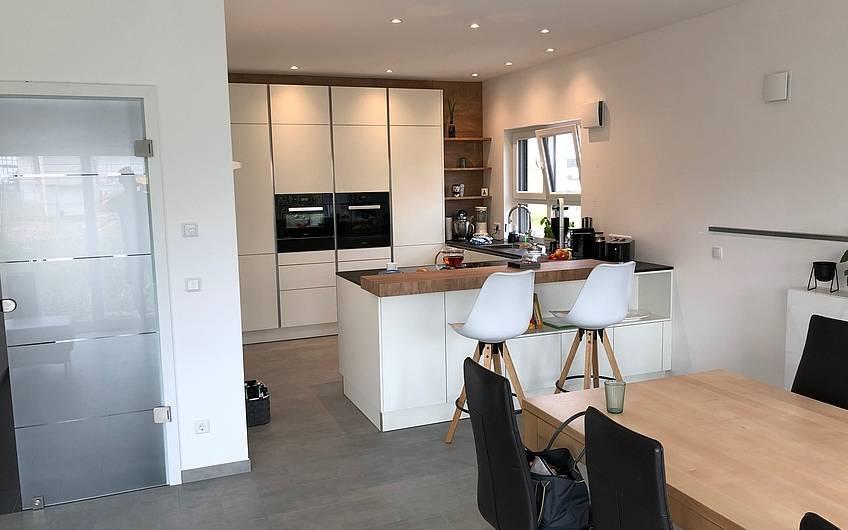 Küche mit sehr modernen grifflosen Möbeln.