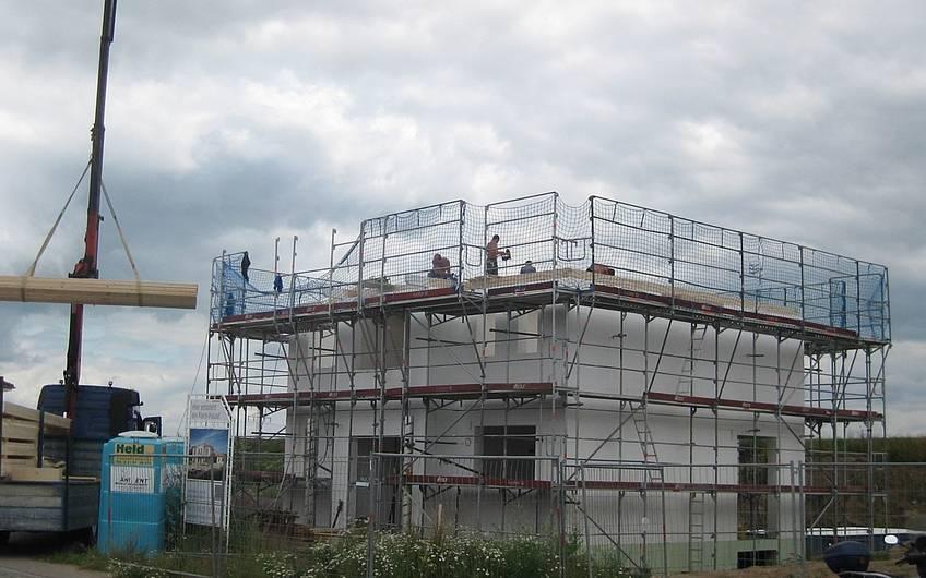 Der Dachstuhl wird gerichtet