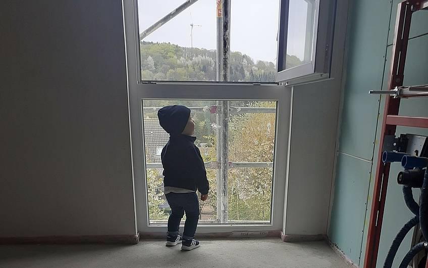 Kleiner Bauherr genießt die Aussicht