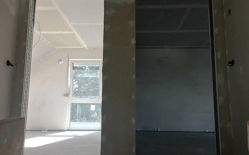 Flur im Dachgeschoss mit Blick in Zimmer des Kern-Haus Komfort