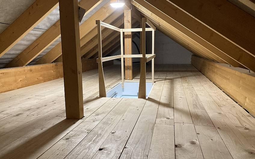 Selbst verlegter Fußboden auf dem Dachboden.