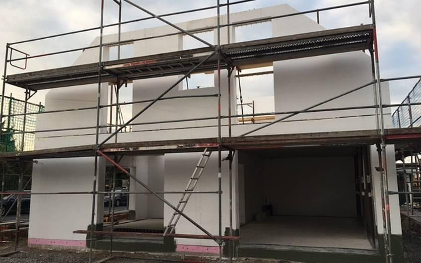 Das Dachgeschoss ist fertig - jetzt kann der Dachstuhl gerichtet werden.