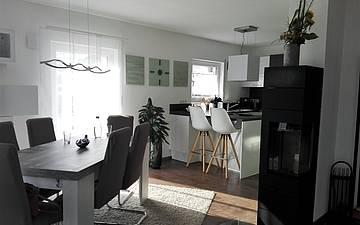 Esszimmer und Küche im individuell geplanten Einfamilienhaus Signum von Kern-Haus in Einselthum