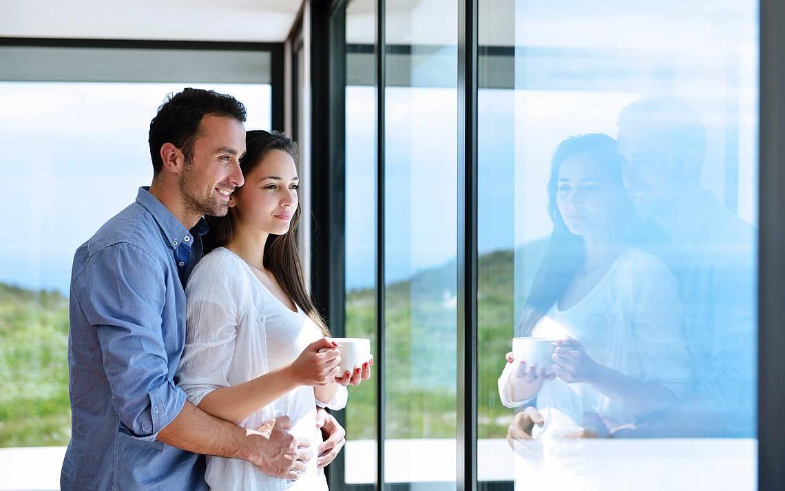 Paar an Fensterfront