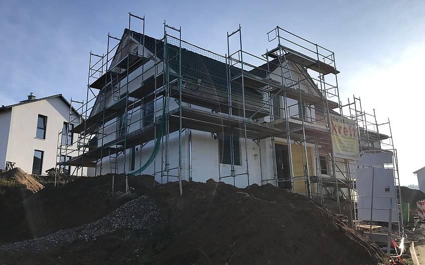 Rohbau des individuell geplanten Einfamilienhauses Aura von Kern-Haus in Weinheim mit eingedecktem Dach